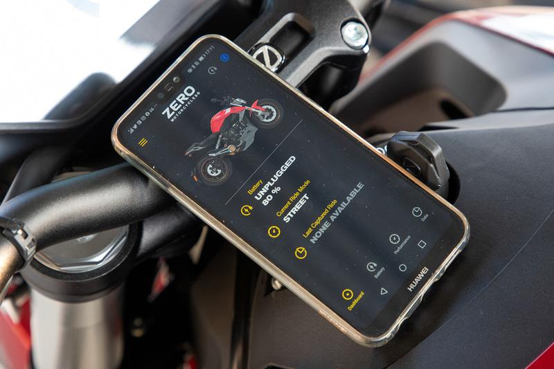 カスタムモードと専用のスマートフォンアプリを使うことで出力特性やトラクション設定をライダーの好みに設定できる。現状表記は英語のみのようだ