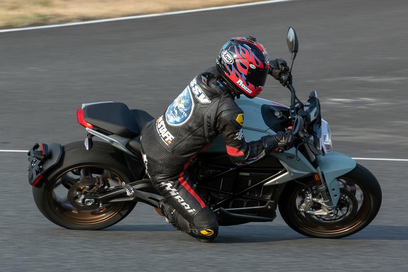 SR/Fの走行シーン。大型バイクながらヒラヒラ感があってコーナリングも得意という。スタビリティコントローラーにより、大トルクながら安心してスロットルを開けていける