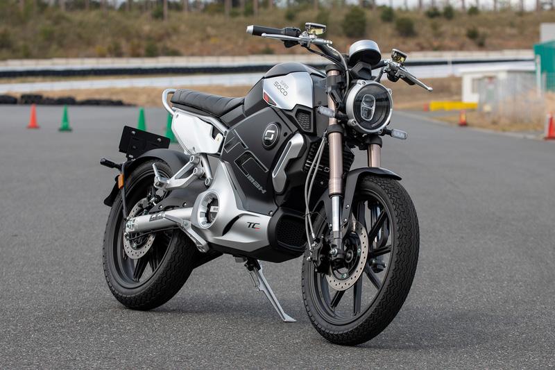 定格出力4.5kWのTCmax。軽2輪となる。予価は44万8000円(税別)でスポークホイール仕様もある。モーターはSUPER SOCO製でフレーム内に搭載し、ドライブベルトを介して駆動を伝える。体重75kgのライダーが45km/hで走行した際の航続距離は110km。バッテリーはリチウムイオンバッテリーで充電時間は8~9時間