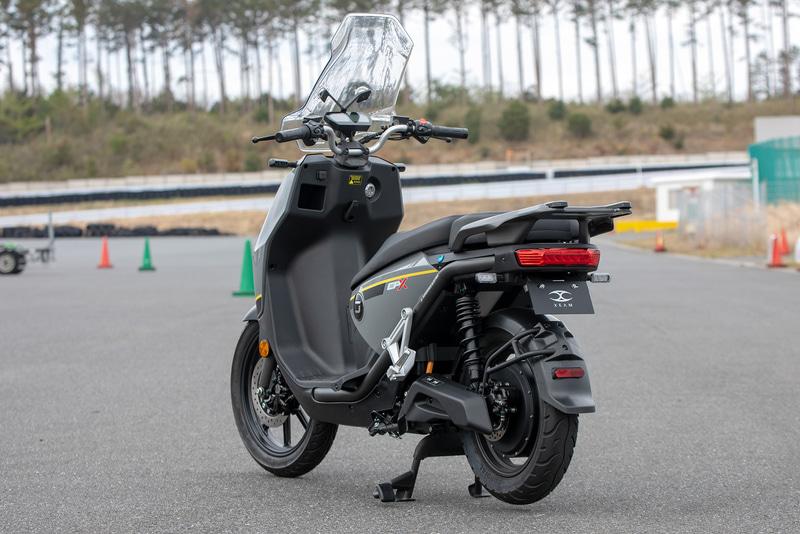 定格出力4kW、ビッグスクータータイプのCPX。こちらも軽2輪の区分。価格は1バッテリーモデルで42万8000円(税別)、2バッテリーモデルで49万8000円(税別)。シート下にリチウムイオンバッテリーを2個搭載でき、2バッテリー時は140km、1バッテリー時は70kmの航続距離となっている(体重90kgのライダーが45km/hで定地走行した場合)。モーターはSUPER SOCO製でFOCベクトルコントローラーを装備。最高速は90km/hとなっている