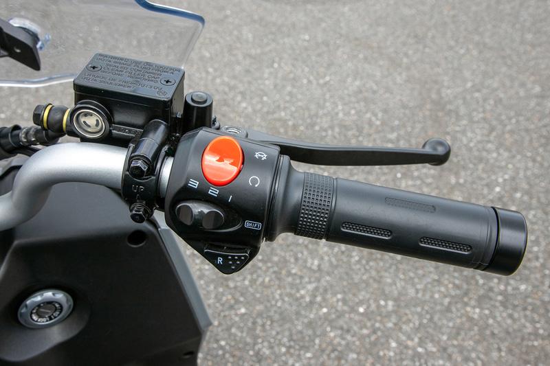 右スイッチボックスにある「R」ボタンはリバーススイッチ。バック走行が可能なので、坂道の下り側向きにフロントから駐車した際でも脱出が容易。1~3の目盛りは走行モード切替スイッチ