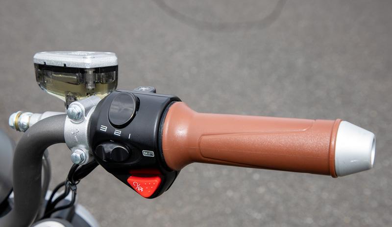 TCmax TC、TSXにはパーキングスイッチも装備。ONにしておくと不用意にアクセルを開けても飛び出さないようになっている
