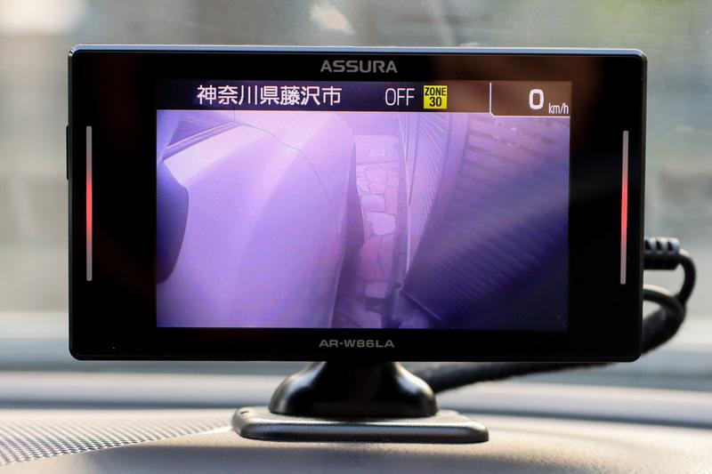 低速時はサイドカメラの映像を映し、