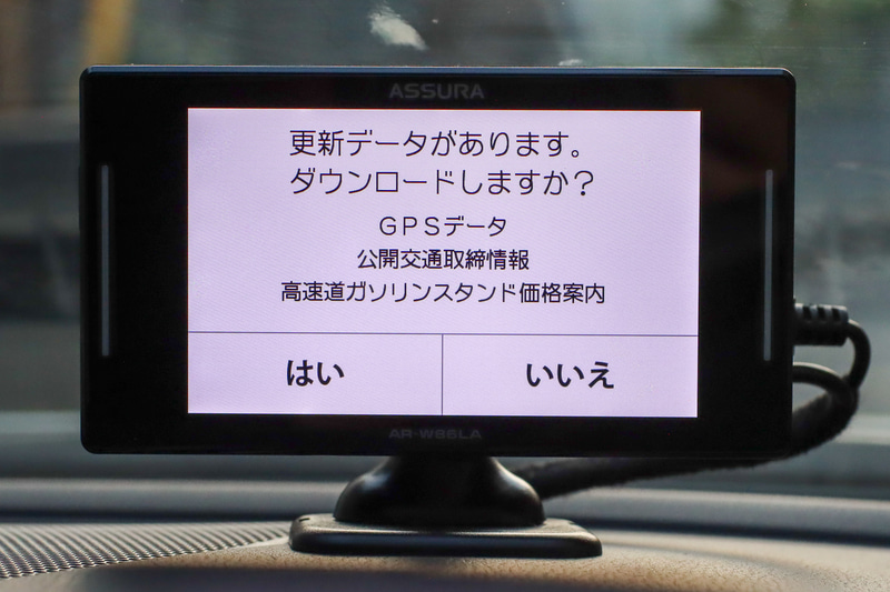 なんと本体に無線LANを内蔵。わが家の場合駐車場ならWi-Fiの電波が届くので直接ネットに接続して最新データをダウンロードできます。他にスマホのテザリングやスマホアプリ経由、もちろんマイクロSD経由でのデータ更新も可能です