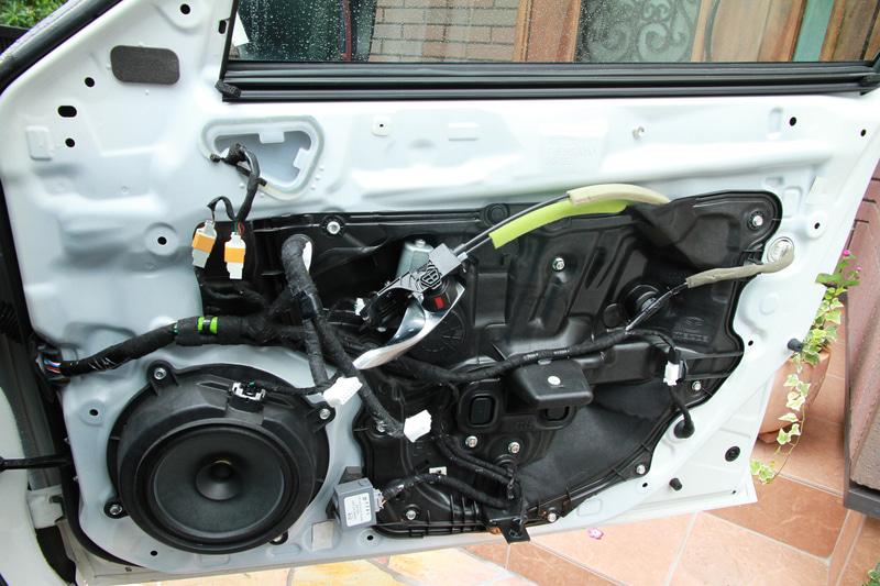 内張り外れました。最近のマツダ車はサービスホールが樹脂パーツでフタされているのが特徴。なのでオーディオの音がいいんじゃないかと