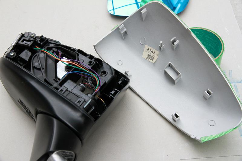 アウターカバーをこじる時は傷が付かないようにテープで養生