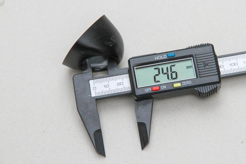 カメラカバーの内径に合わせてドアミラーに穴を開ける。寸法は24.6mm