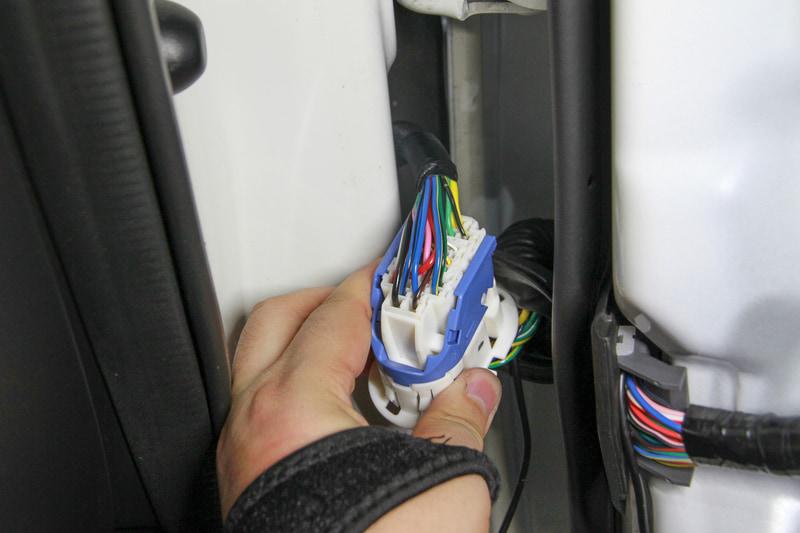 アテンザの場合、車体側とコネクターでつながっているのですがこの外し方が分からず、コネクターごと抜きました
