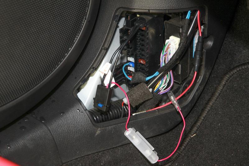 後はダッシュボードの内側を通してヒューズボックスから電源などを接続すれば、とりあえずカメラの接続は完了