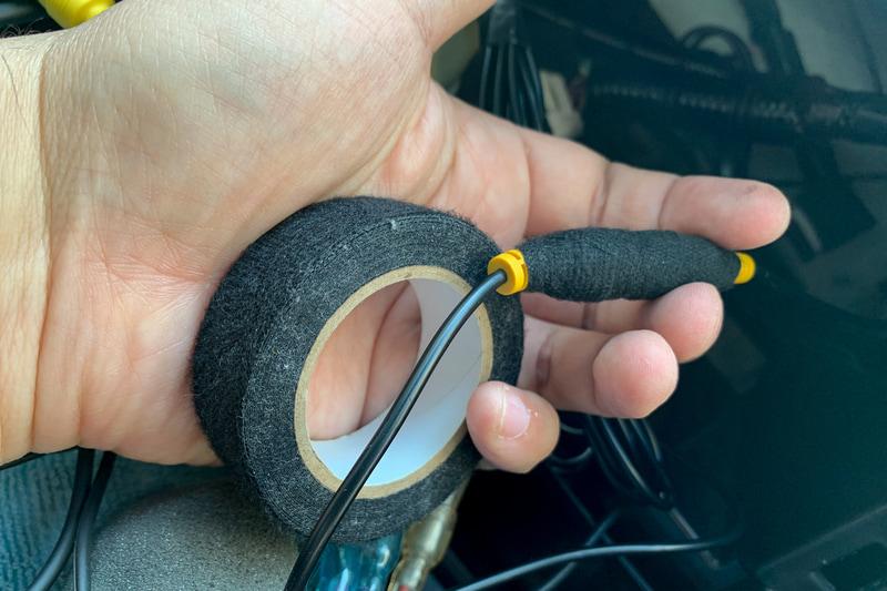 RCA端子などは異音の原因になるのでハーネス結束&保護テープを巻いてクッション代わりに
