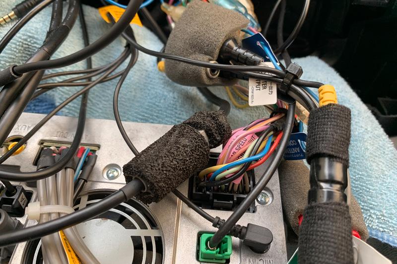 ちなみにカーナビのカプラー類もスポンジテープで巻いて異音対策をしてあります