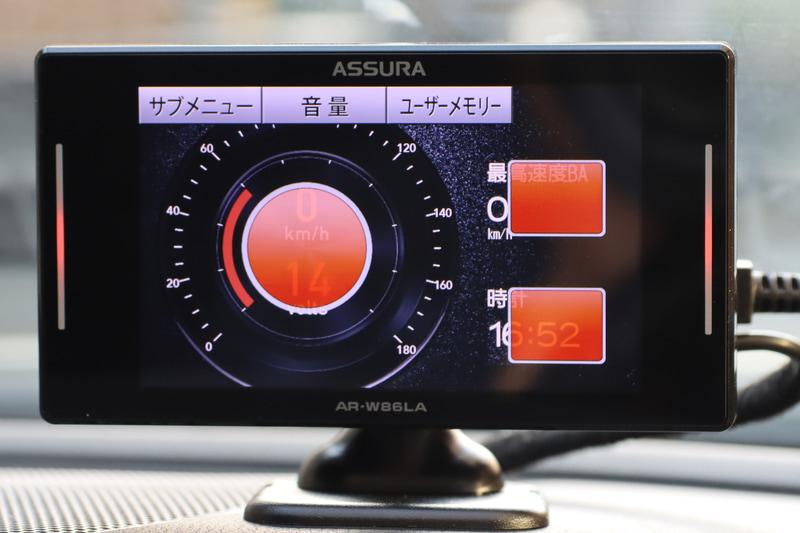 メーターなどの待ち受け画面に何の項目を表示するかは任意で変更可能。選べる項目は車速やG、0-400m加速、時計など、さらにOBD2をつなげば車種にもよるが水温や燃費、電圧、吸気温度なども表示できる