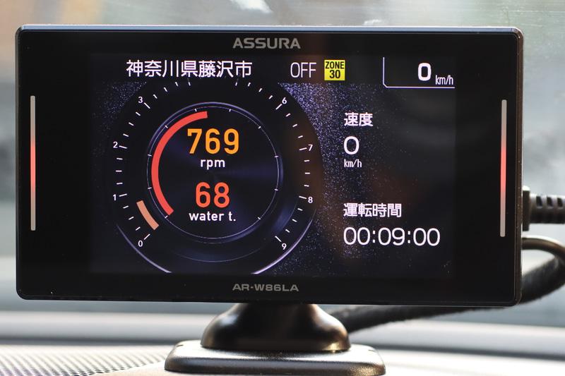 同じメーター表示をベースに左に回転数と電圧、右に車速と運転時間を表示した例