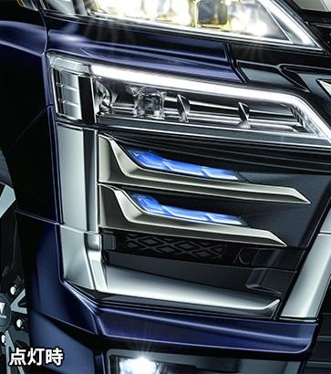 シグネチャーイルミブレードは、上下2段の存在感あるブルーとホワイトの光のコンビネーションが先進的な表情を創出。価格11万円