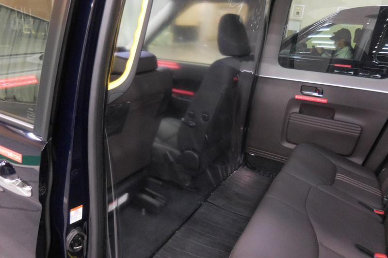 フロントシート後方に隔壁を設置。リアシートに座る人などの飛沫がフロントシートに循環しないようコントロールしている