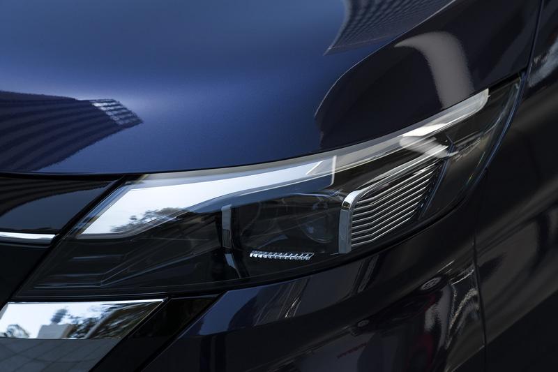 ヘッドライト上部のシルバー加飾はポジション時に点灯する凝った仕様