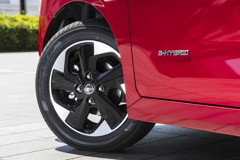 撮影車両は横浜ゴム「ブルーアース AE30」を装着。タイヤサイズは155/65R14。アルミホイールも専用タイプとなる