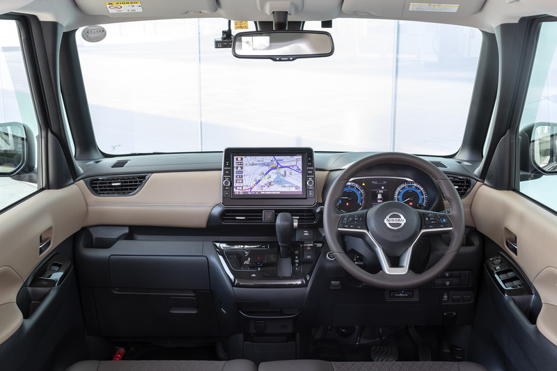 """視界よく開放感の高い運転席まわり。撮影車両は""""プレミアムグラデーションインテリア""""&""""快適パックA""""のセットポプションを装着"""