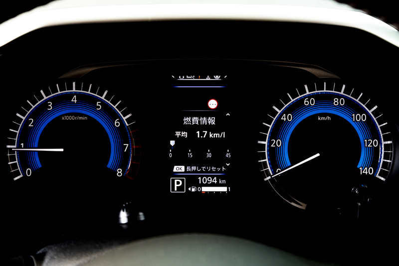 ホワイトとブルーを組み合わせたメーターパネル。中央に配置されるアドバンスドドライブアシストディスプレイにはエネルギーモニターやタイヤアングルガイドなども表示できる