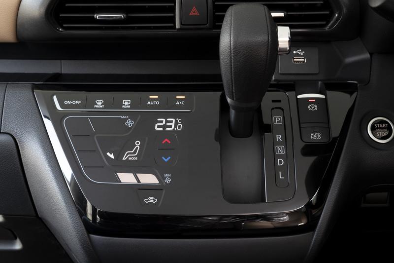 シフトは扱いやすいストレートゲートタイプ。Sグレード以外にはタッチパネル式のオートエアコンを標準装備