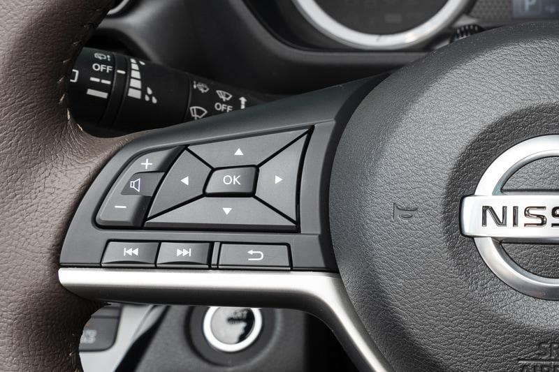スポーク部に各種スイッチを配置。右端にあるブルーのボタンがプロパイロット用