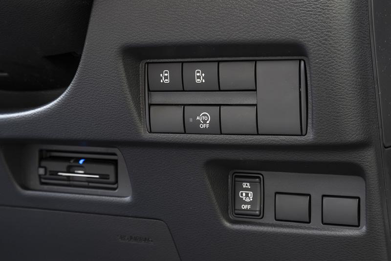 ステアリングコラム右側にはオートスライドドアスイッチに加え、ハンズフリーオートスライドドアのスイッチも