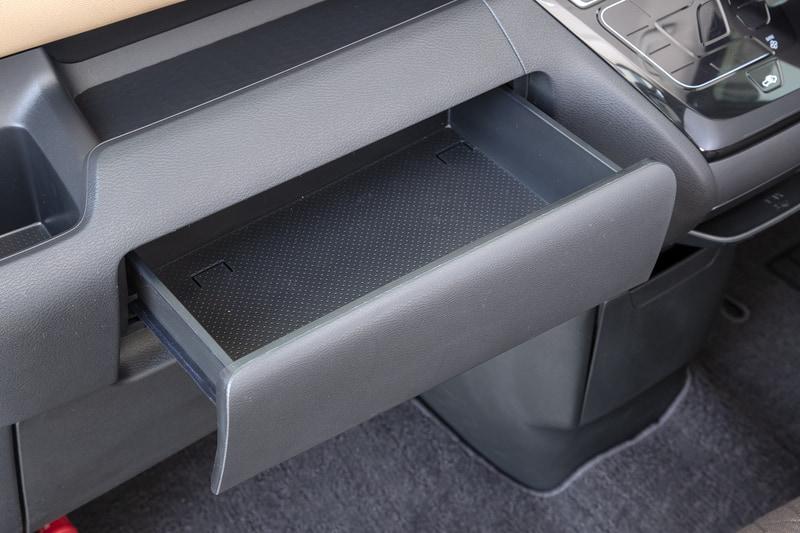 助手席前にはスリムタイプのティッシュボックスを収納できるボックス