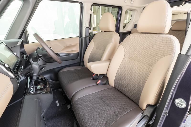 フロントシートは中央にアームレストを備えたベンチタイプ。オプションでセパレートタイプも選べる