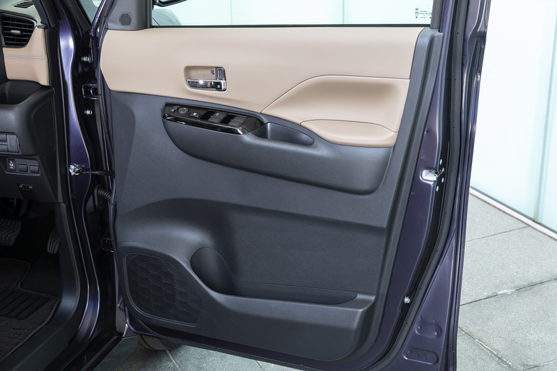 運転席ドアトリム。下部には大型のポケットを用意