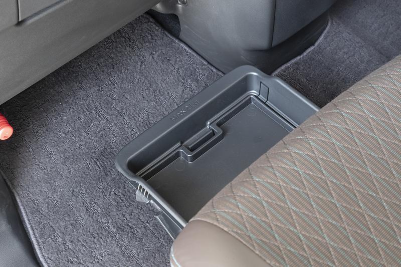 助手席下には後席からも引き出せるアンダーボックスを装備。車検証が収納できるスペースもある