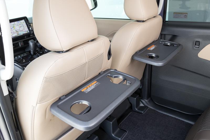 """オプションの""""快適パック""""を選ぶと前席の背面に後席用テーブルが装着される"""