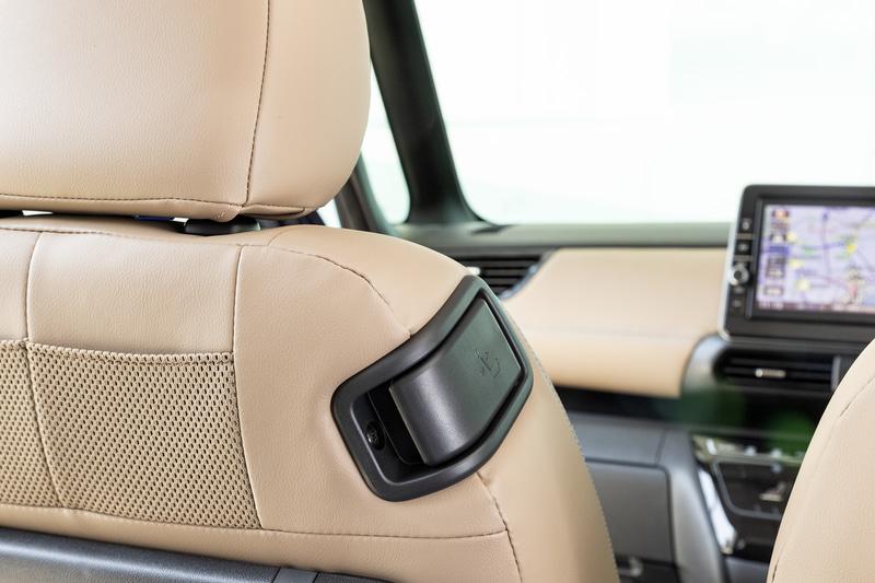 運転席側から操作可能な助手席の前倒しレバーを装備