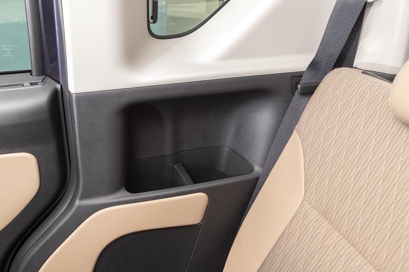 後席用カップホルダーはボディ側に用意される