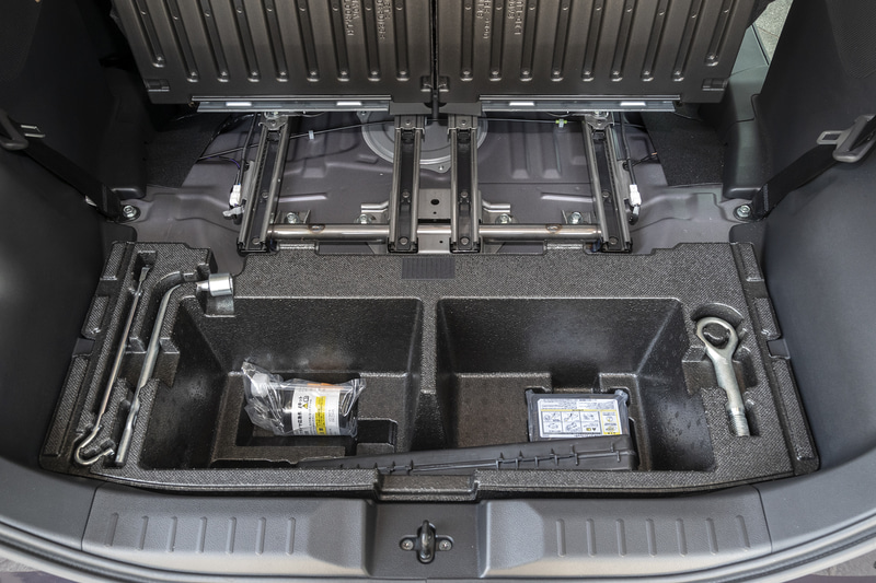 ラゲッジ下部にはパンク修理キットやツール類が収るとともに収納スペースとしても利用可能