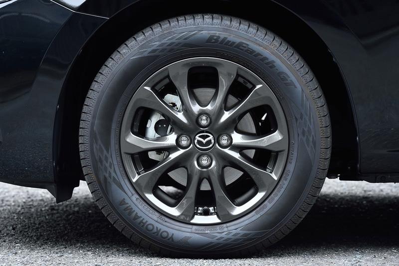 MAZDA2 15S PROACTIVEが装着するのは、用品オプションのガンメタリック塗装版(メーカーオプション品はガンメタリック塗装ではない)15インチアルミホイール。タイヤは横浜ゴム「ブルーアース GT」(185/65R15)