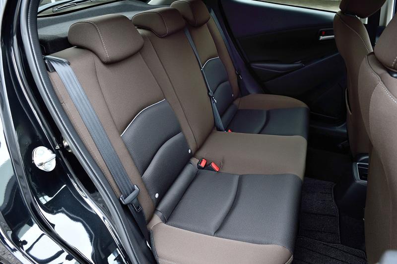 運転席6Wayパワーシート&ドライビングポジションメモリー機能や自動防眩ルームミラーといった装備も用意され、快適性や利便性を高めている