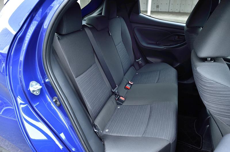 ヤリス Zの運転席にはトヨタ初の装備となる「イージーリターンシート」を採用。これはシートの前後ポジションを一定にキープしつつ、シートベース右側面の専用レバーでロックを解除することにより、シートを最後端までスライドできるというもの。電動パワーシートの一部で採用されている「メモリー機能」をロック機構の工夫で再現し、乗降性を高めている