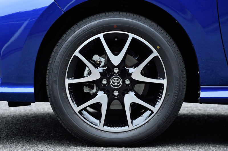 ヤリス Zが装着するのはオプションの切削光輝+ブラック塗装の16インチアルミホイール。タイヤはブリヂストン「エコピア EP150」(185/55R16)を装着