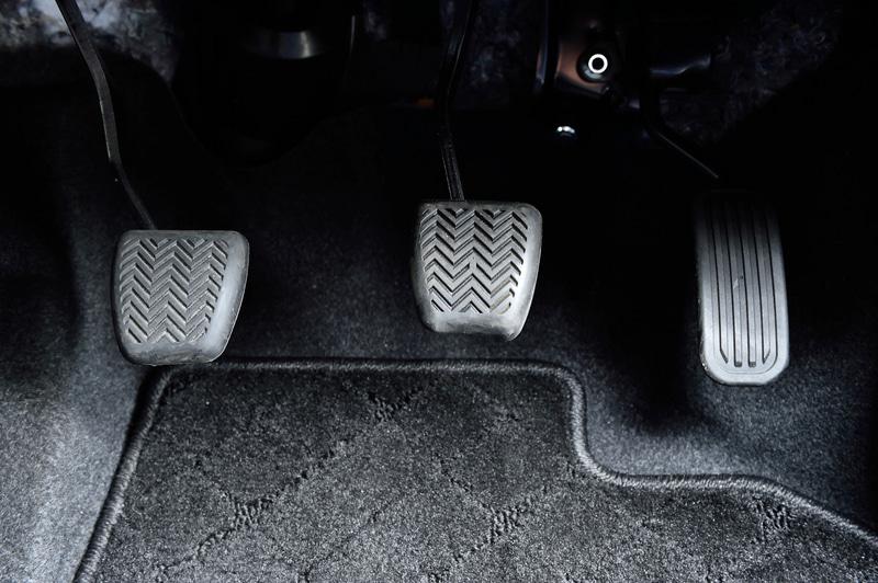 ヤリス Zのインテリア。新型ヤリスではインパネの高さを抑えて縦横比を横長にし、上級クラスの車内のようにワイドな空間を表現。ステアリング径はφ365mmとし、センターパッドも小型化してメーター類の視認性を向上させた
