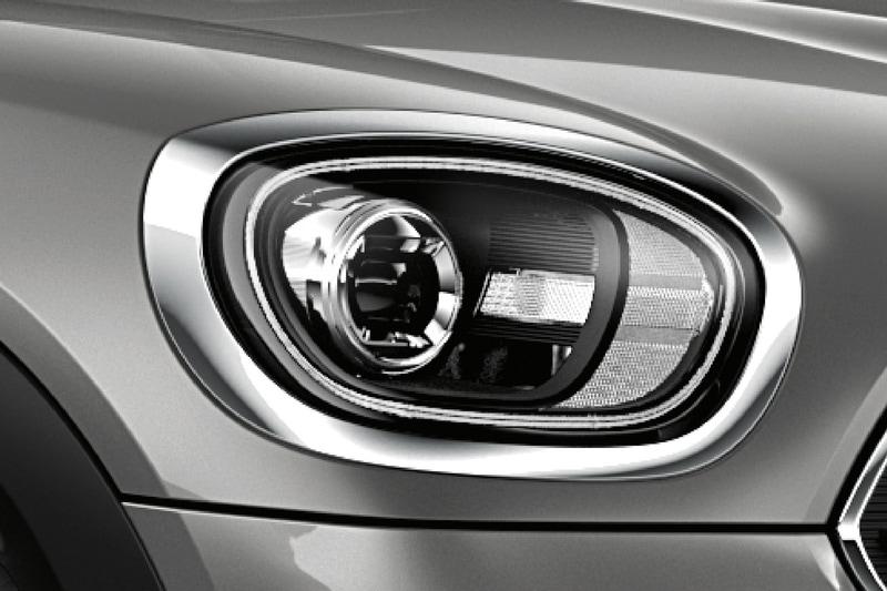 視認性を高める「LEDデイライト・リング」「アダプティブLEDヘッドライト」を装備