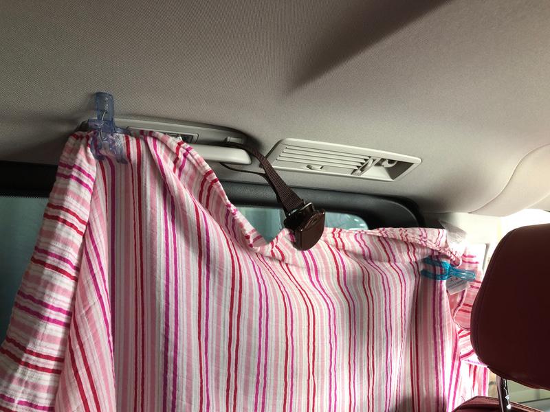 純正のロールサンシェードがないクルマで困るのが、子供を直撃する日差しをどうさえぎるか。わが家は1個2000円以上する高価なものから、100円ショップのものまで吸盤式のサンシェードを使ってみましたが、結局行き着いたのはコレでした(笑)。洗濯バサミと薄手のブランケットやバスタオルで十分。着替えや授乳をする時の目隠しとしても役立ちますよ