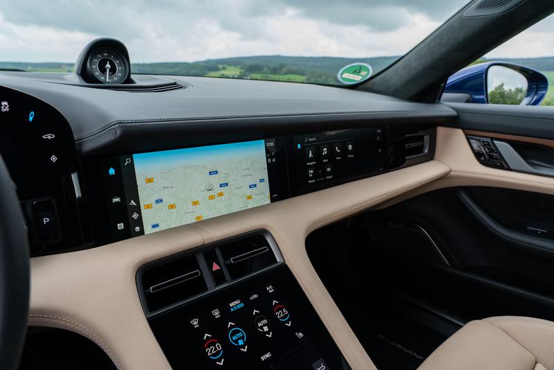 ステアリング奥には湾曲した16.8インチのディスプレイが装備され、その両側にはタッチスクリーンのコントロールパネルを設置。センターコンソールはタッチコントロール式を採用し、メニューバーからナビゲーションやApple CarPlayなどの設定を操作できる。タイカンはAppleMusicが車両に組み込まれた世界初のモデルとなっており、Apple IDとポルシェIDをリンクさせることで5000万の音楽や特別なプレイリスト、ラジオなどを楽しむことができる(インテリアの写真は欧州仕様)