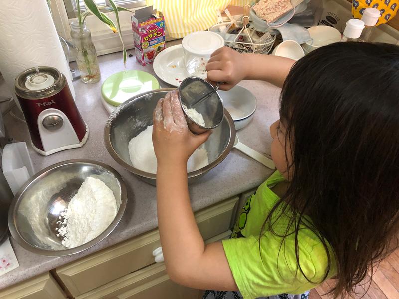 5歳になって、なんでも「やりたい!」と手を出してくるようになった娘。粉モノは飛び散ると掃除が大変なので気が引けますが、ステイホームで時間があるときだからこそ、多少汚されてもゆっくり掃除できるし、と割り切れますね(笑)。材料を計量して、しっかり混ぜるところまで娘がやってくれました