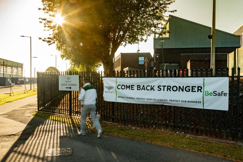「Come Back Stronger」の横断幕