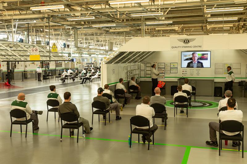 工場内のミーティングも離れて座る