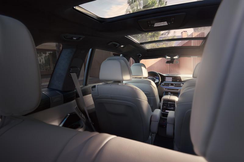 インテリアでは3列シートが標準装備で、2列目は3人掛けシートまたはアームレスト付きのシングルシート2つのいずれかから選択できる