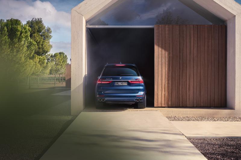 走行状況やモード選択に応じて40mmの車高調整が可能な新型XB7。足下は21インチのアルピナダイナミックホイールに285/45R21サイズのランフラットタイヤを標準装備