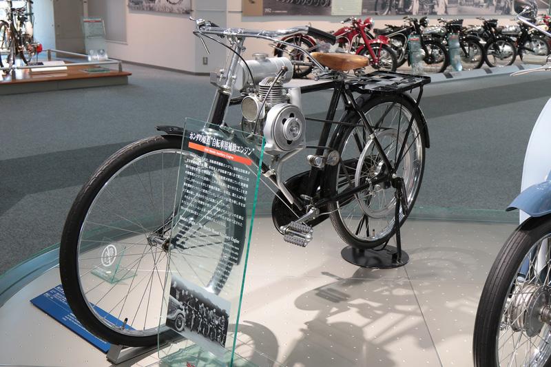 1946年、陸軍の発電用エンジンを改造し自転車に取り付ける補助動力を製造(ホンダコレクションホール)
