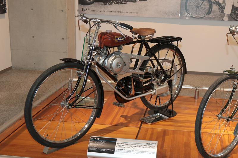1947年、自社製エンジンを開発。Hondaの名が記された最初の製品「A型エンジン」を製造(ホンダコレクションホール)