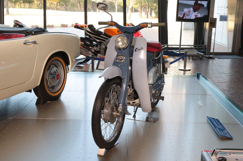 初代スーパーカブ。50年以上にわたり改良を続けながら生産され、シリーズ累計1億台を超えるロングセラーとなった(ホンダコレクションホール)